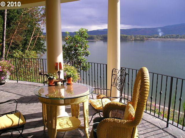 Perched 80 feet above the Columbia River sits The Villa where you can watch the wild life, wind surfers, pleasure boats and ships from all over the world