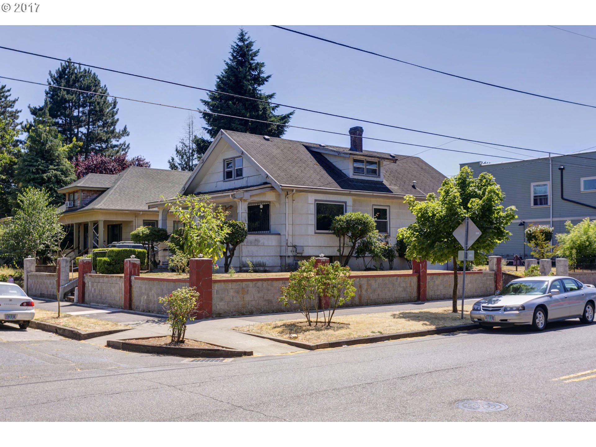 Charming Piedmont craftsman cosmetic fixer that overlooks Peninsula Prk rose grdns & fountain. GREAT potential & amazing close-in location (84/91 wlk/bikescore) in heart of N/NE PDX. Wlkng dist to shops, cafes, pubs, transit, prks, schools. Hrdwds, prch, bkfst nook & lrg kitch, 2bths, part fin bsmt w/ non-conform 4th bedrm & updated hi-eff Trane gas furn w/ A/C, newer pex plmbng supply lines, updated elct panel, newer dbl paned windows!