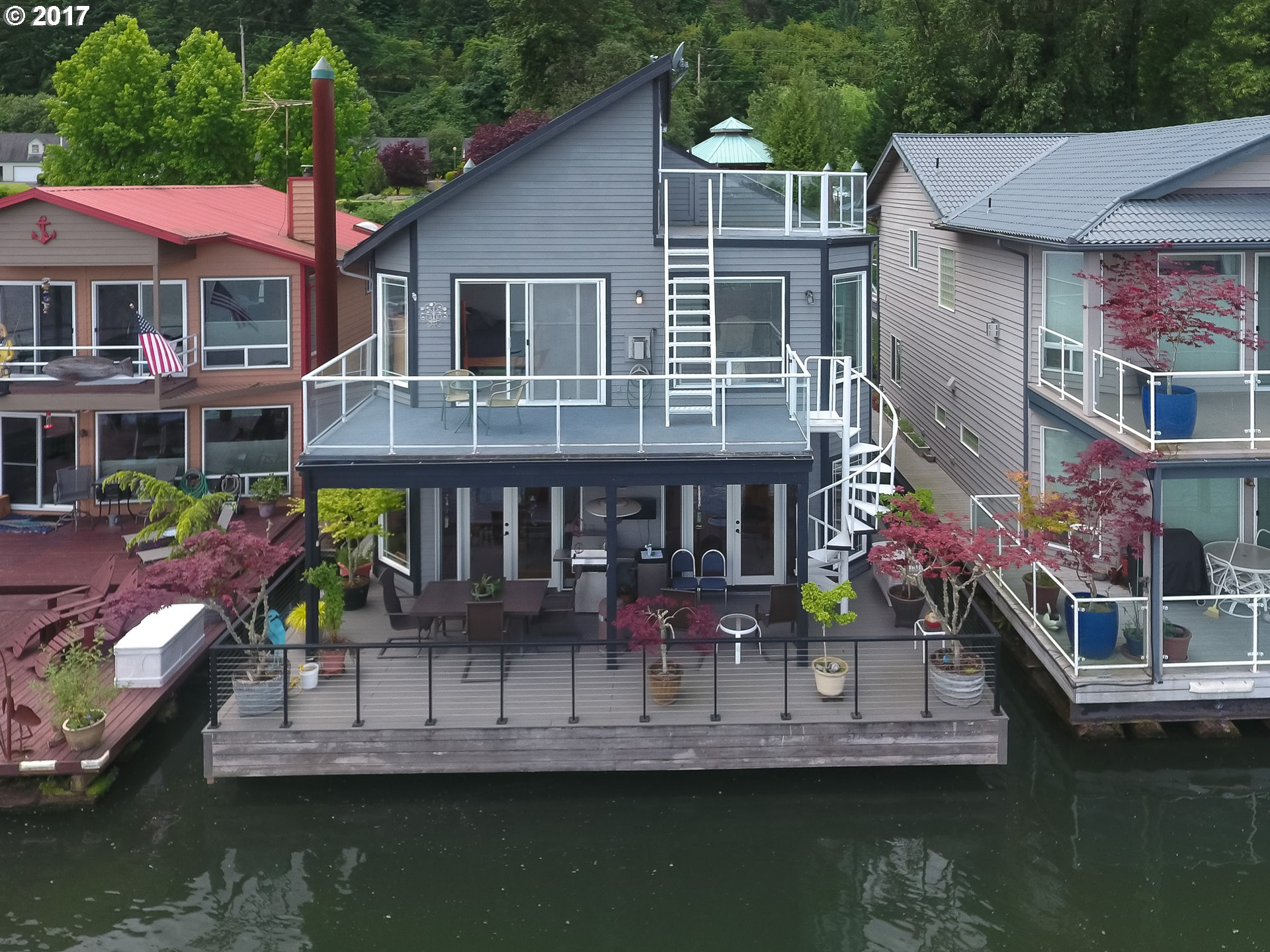 Floating homes for sale in portland oregon houseboats for Floating homes portland