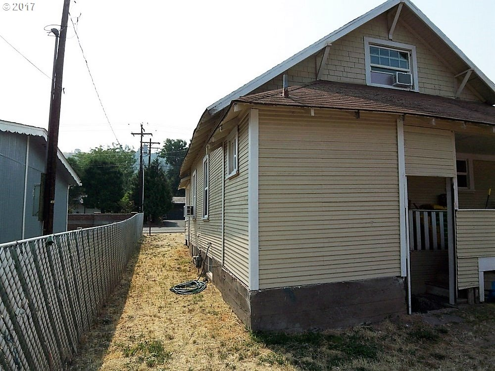 2021 W 10TH, THE DALLES, OR 97058  Photo 2