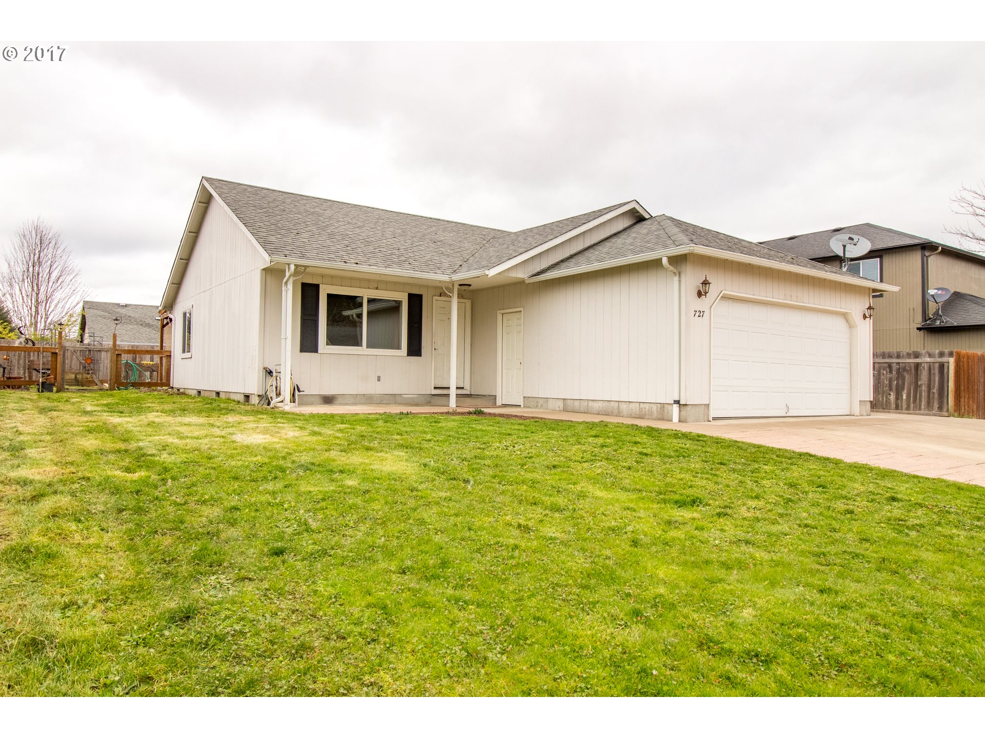 727 BLUE JAY LOOP, Creswell, OR 97426