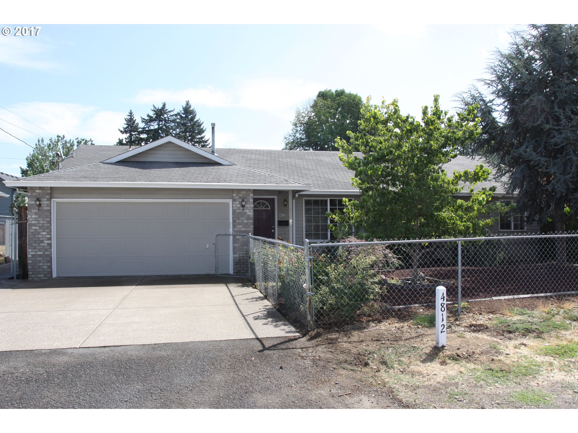 JUST LIKE NEW RANCH HOUSE,4 BEDROOMS 2 BATHS,VAULTED CEILLING WITH OPEN FLOOR PLAN,HUGE BACKYARD,CONVENIENT TO FREEWAY AND BULINE,READY FOR BUYER MOVE IN