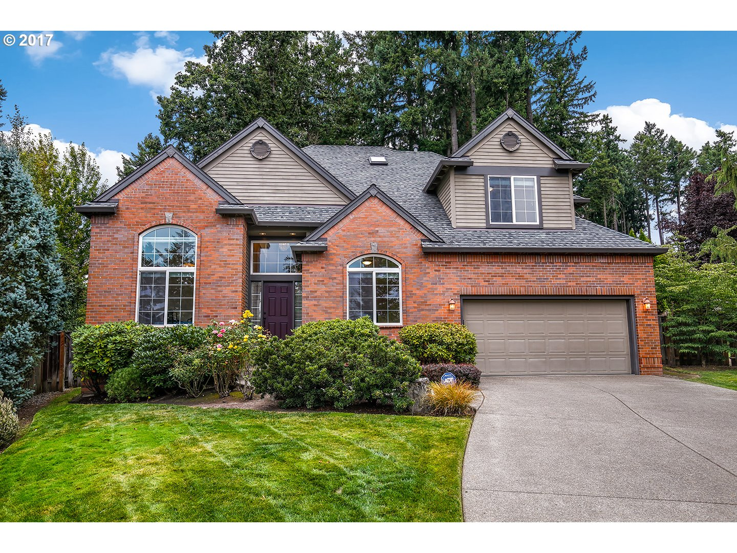 Stunning & immaculately maintained custom home built by Ridgecrest Homes, one of the most sought after builders in the PNW. Located on a quiet cul-de-sac on an over-sized private lot, this spacious & light filled home features an open floor plan, tall ceilings, skylights, formal dining, large kitchen w/ eat-in island, loft, & master on main w/ fireplace, patio access, walk in closet and en suite w/ jet tub & dual vanity. Original owner!