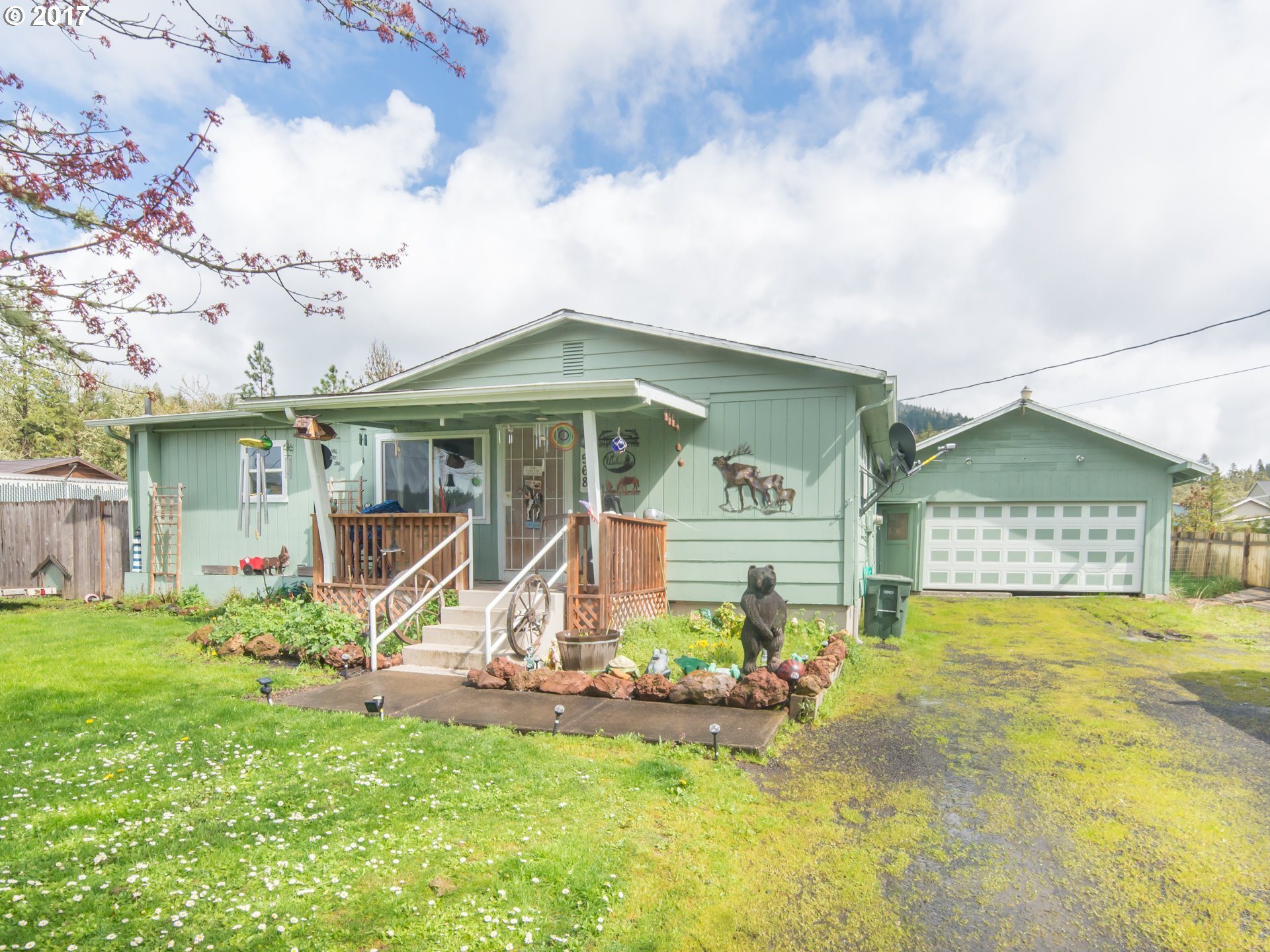 568 D ST, Lowell, OR 97452