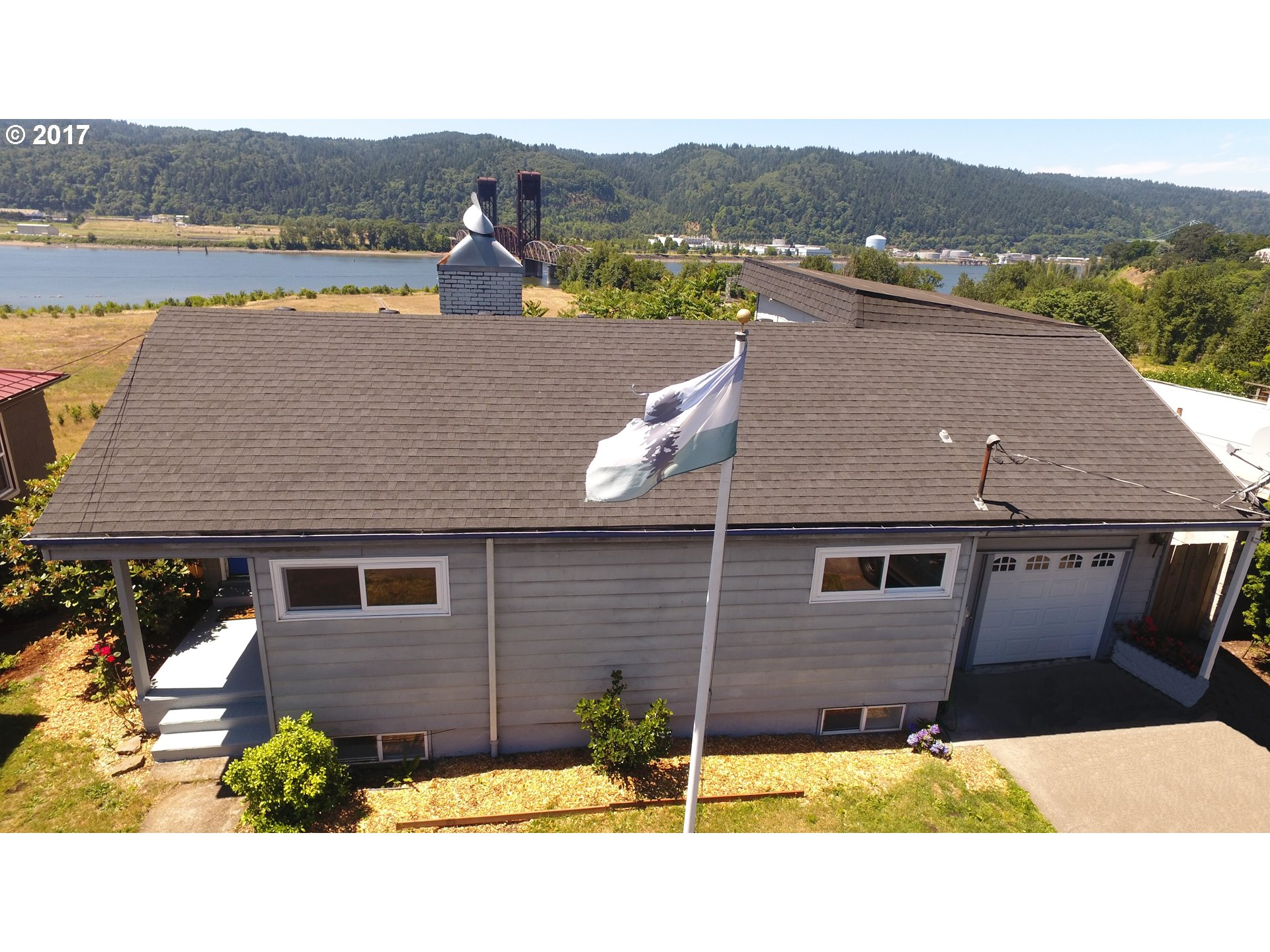 Price Reduced! Amazing Views of the Willamette River, St. Johns Bridge, & Forest Park. University Park area close to Univ. of Portland. Excellent rental history w 2 possibly 3 separate living areas. Open Kitchen to Living rm. Master suite w/walk-in, finished basement w/Family rm. & Bonus/5th brdm. Large double Deck & Patio w/expanding River views! Updates include: paint, fixtures, garage door, newer roof, carpet, etc. Open Sat 8/19 12-2