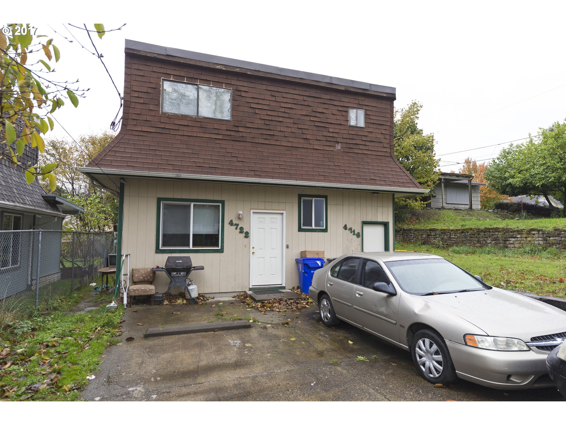 Beautiful duplex with a possible income on the other! An opportunity you cannot surpass! Situated in the heart of Portland, bringing you closer to everything you need! No HOA, on a bus line and easy access to max and airport. Don't miss this one!