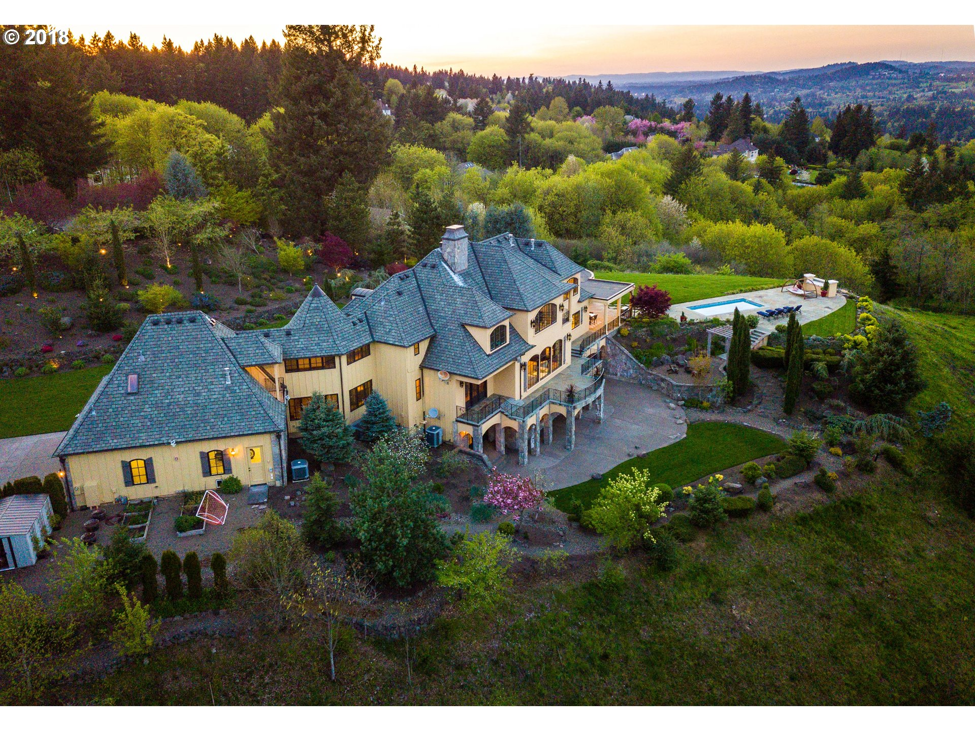 25020 SW VALLEY VIEW RD, WEST LINN, OR 97068  Photo 2