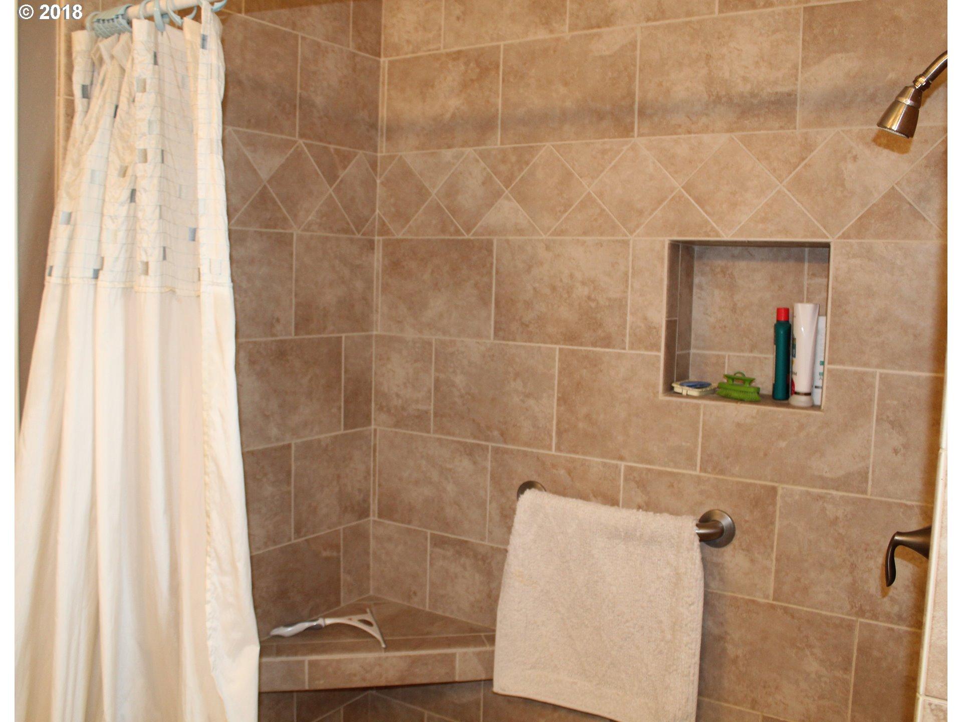 http://photos.rmlsweb.com/webphotos/18100000/80000/2000/18182361-4.jpg