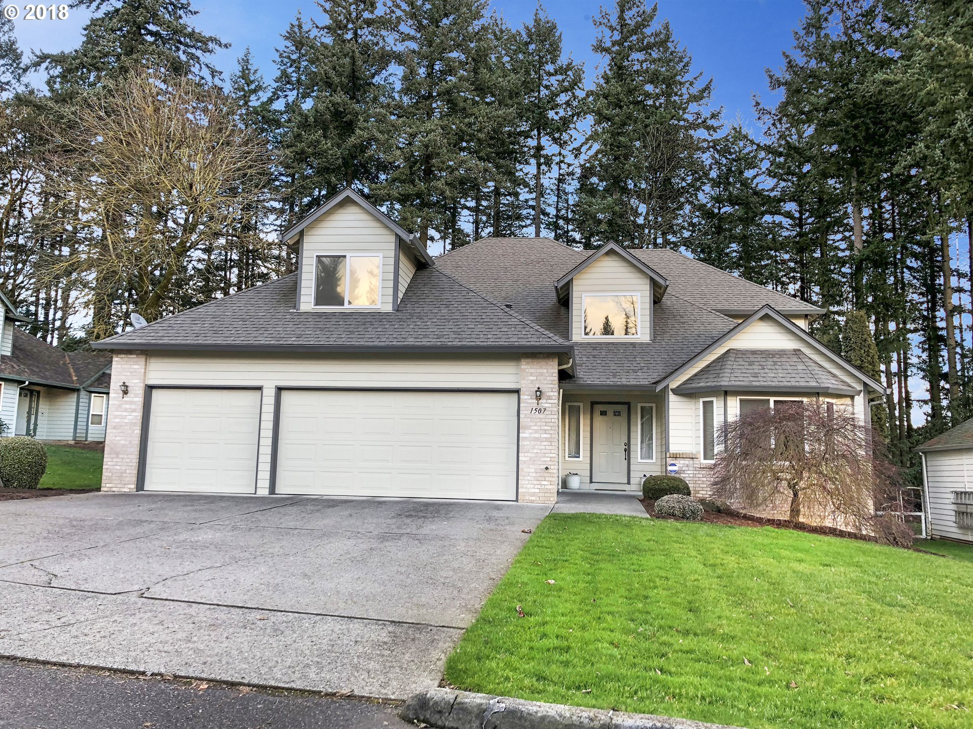 Beautiful remodeled home on .28 acre lot with all the major systems of the house recently replaced makes it like new. Enjoy the almost 2,900 square feet with 4 bedrooms plus a large bonus room. One of the bedrooms is conveniently located on the main floor. AC unit, dishwasher, furnace, paint, roof and water heater all replaced within last couple years. Ready for you to move in and make your home.